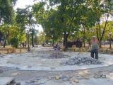 В парке уже фонари и скамейки поставили